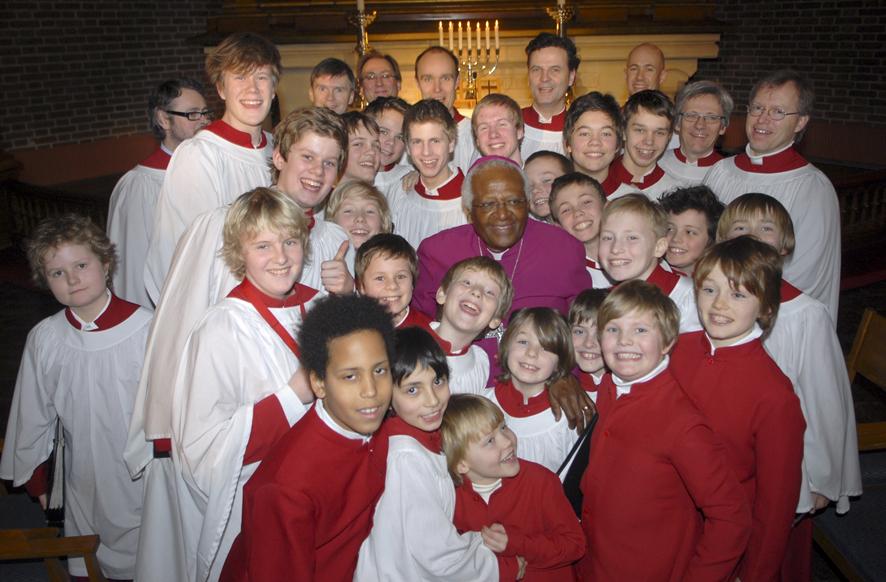 Guttekoret sammen med biskop Desmond Tutu. Foto: Lars O. Flydal