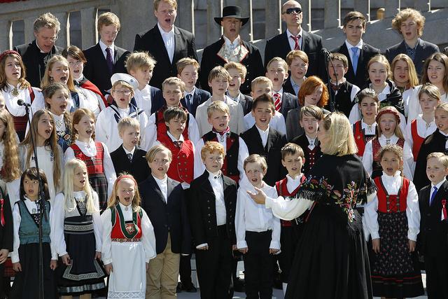 Edle Stray-Pedersen dirigerer det store koret som består av sangere fra Oslo Domkirkes Guttekor, Trefoldighetkirkens Jentekor og Barnekoret ved Den norske Opera & Ballett. Foto: Terje Heiestad/Stortinget.