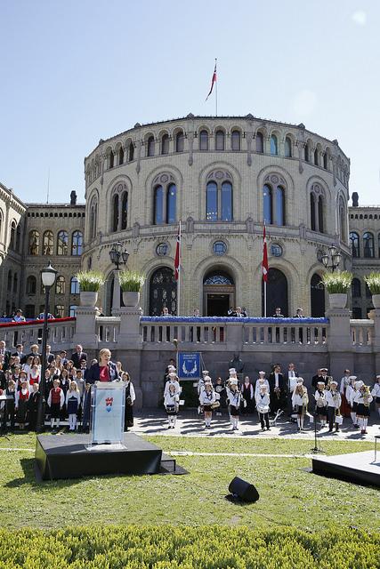 Statsminister Erna Solberg holder åpningstale ved avdukingen av Christian Frederik. Foto:: Terje Heiestad/Stortinget.